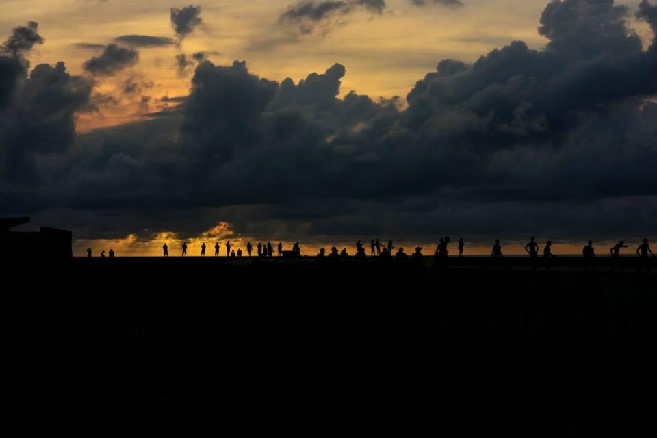 El Malecón: romântica, e melancólica, como ela é, em um fim de tarde nubladão