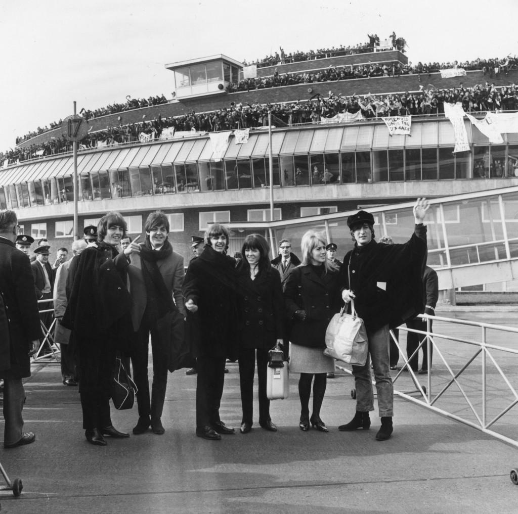 Em 1965, com fãs no aeroporto londrino / Hulton Archive/Getty Images