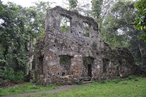 Em Analândia há ruínas e grutas para explorar / Divulgação