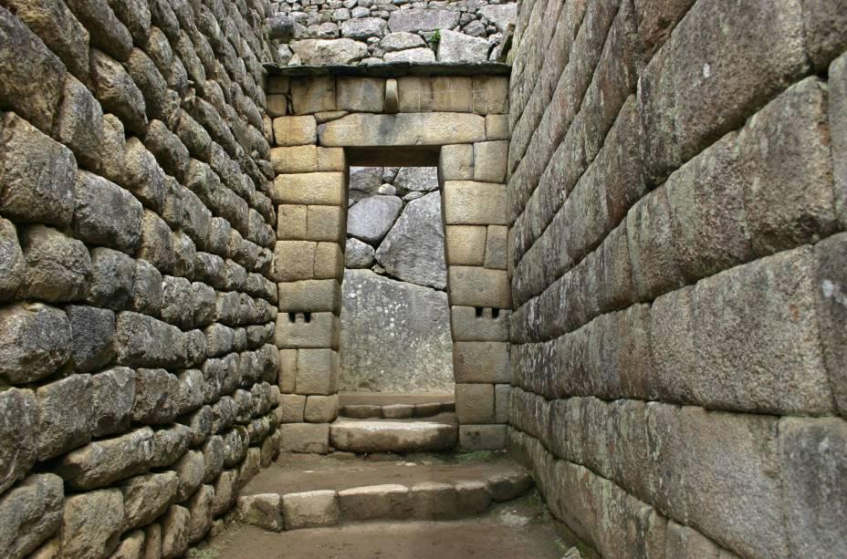 Esta porta dá acesso ao setor nobre da cidade, onde se encontram as residências dos governantes. Ali está o chamado Palácio do Inca, ou Casa Real, um amplo espaço residencial que servia de refúgio para o soberano. Nota-se nesse setor a precisão e o cuidado com que paredes e muros foram lavrados. Originalmente, as construções eram cobertas com telhados de palha