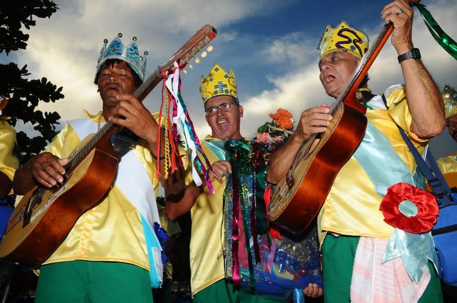 """Durante a Folia de Reis, que acontece em outubro no município de Muqui (ES), grupos de músicos tocam viola caipira, sanfona e outros instrumentos artesanais, enquanto fazem a tradicional """"visitação das casas"""" ao som de canções religiosas"""