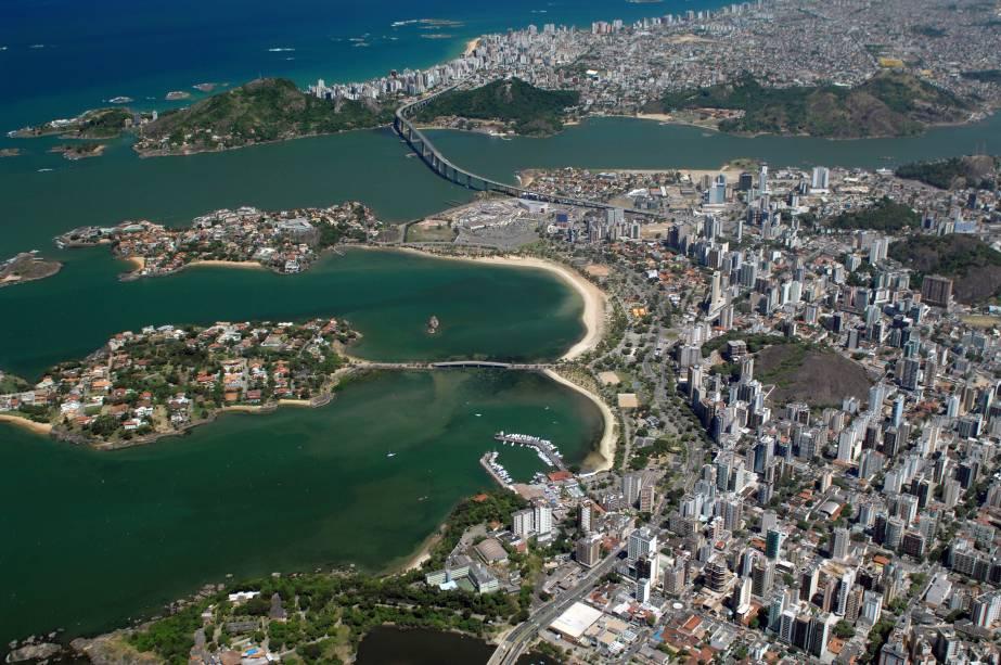 Com 105 km de praias, parques e um rico patrimônio histórico Vitória, a capital capixaba, é o centro econômico do Estado do Espírito Santo