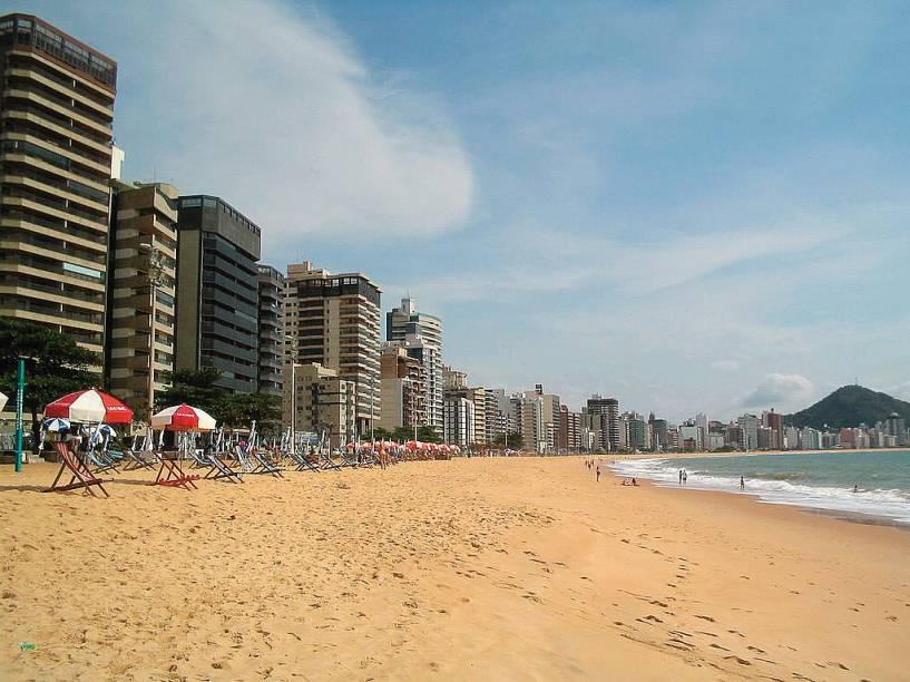 A Praia de Itaparica, em Vila Velha (ES), concentra atividades populares e é local de encontro dos jovens