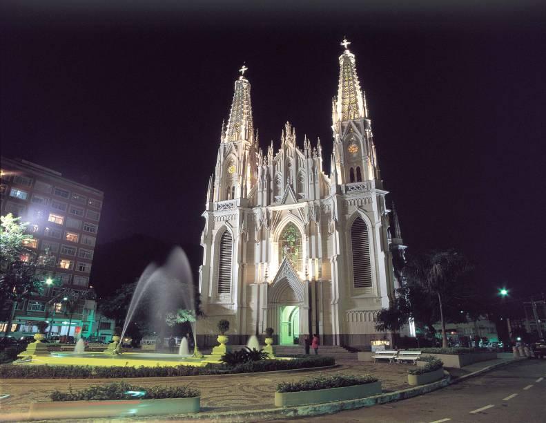 Localizada na Cidade Alta, a Catedral Metropolitana de Vitória (ES) tem estilo neogótico e vitrais com passagens bíblicas.