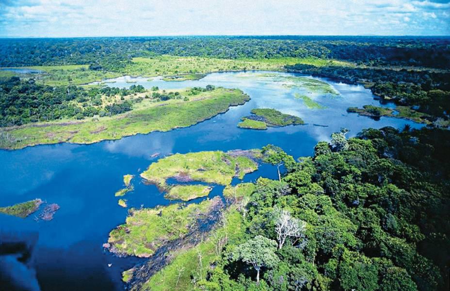 A Reserva Natural Vale do Rio Doce, junto com a Reserva Biológica de Soretama em Linares (ES, abrange uma das últimas áreas contínuas de Mata Atlântica do país. O centro de visitantes, traz painéis sobre a biodiversidade da reserva, além de insetários e borboletários. Os visitantes podem escolher entre sete trilhas guiadas pela mata