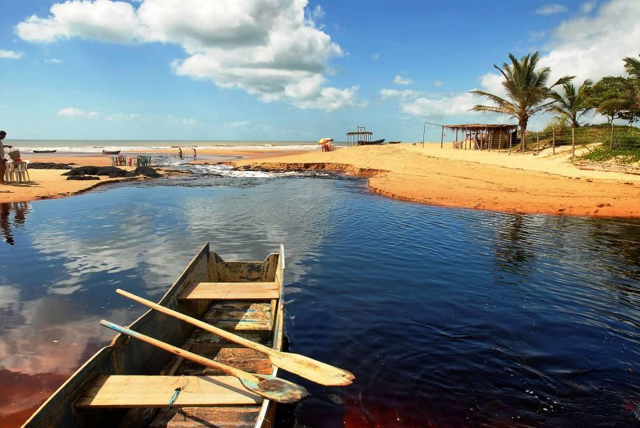 A Praia do Riacho Doce, em Conceição da Barra, é a última praia do Espírito Santo antes da divisa com a Bahia. Tem um riacho de cor escura, rico em lanolina, substância que deixa os cabelos macios. Quiosques de palhoça servem cerveja e peixe