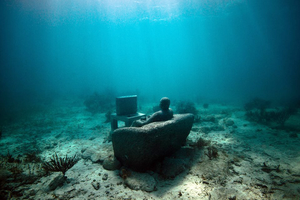 "Escultura ""Inertia"", a 5 metros de profundidade, no MUSA, em Punta Nizuc, México (Foto: https://www.flickr.com/photos/julierohloff/14043398504/)"