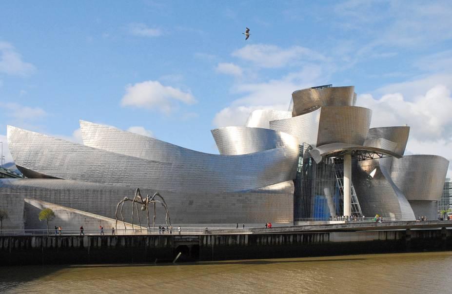 O museu Guggenheim de Bilbao é como uma gigante escultura.