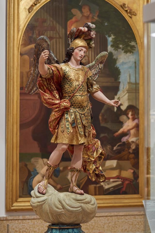 A estátua de São Miguel, quando ainda estava inteira (foto: reprodução/Facebook)