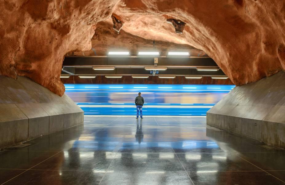 """Algumas estações do metrô da cidade, como a Rådhuset, fazem uso da """"arquitetura orgânica"""", que deixa a rocha-matriz aparente e sem ser esculpida. Como resultado, elas parecem ter sido feitas em cavernas naturais."""