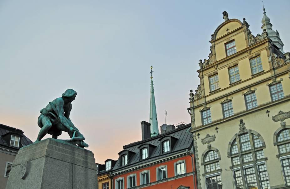 Estátua na Praça Kornhamnstorg esculpida por Christian Eriksson e dedicada a Engelbrekt, líder revolucionário da Rebelião Engelbrekt (1434–1436) contra o governo alemão de Eric da Pomerania.