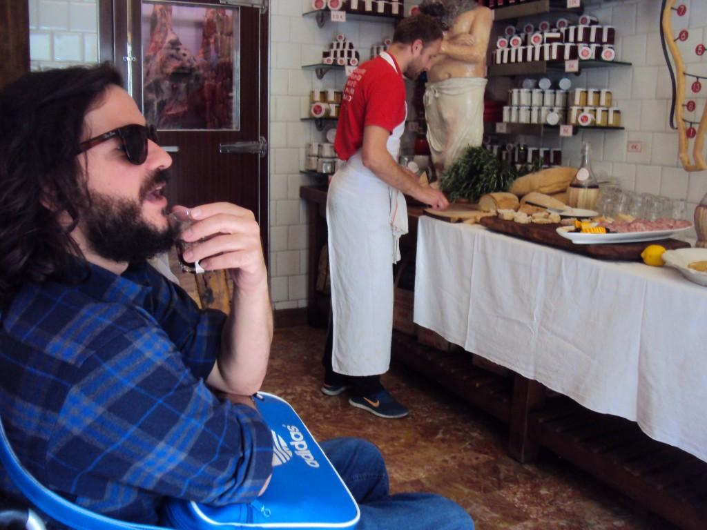 Bebendo em serviço na macelleria / Viva Toscana