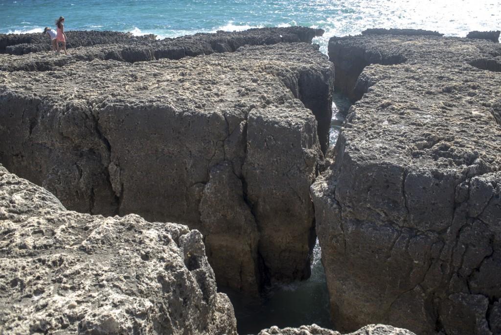 A água do mar entre as grandes fendas da praia em Albufeira (Foto: Ora, Pois!)