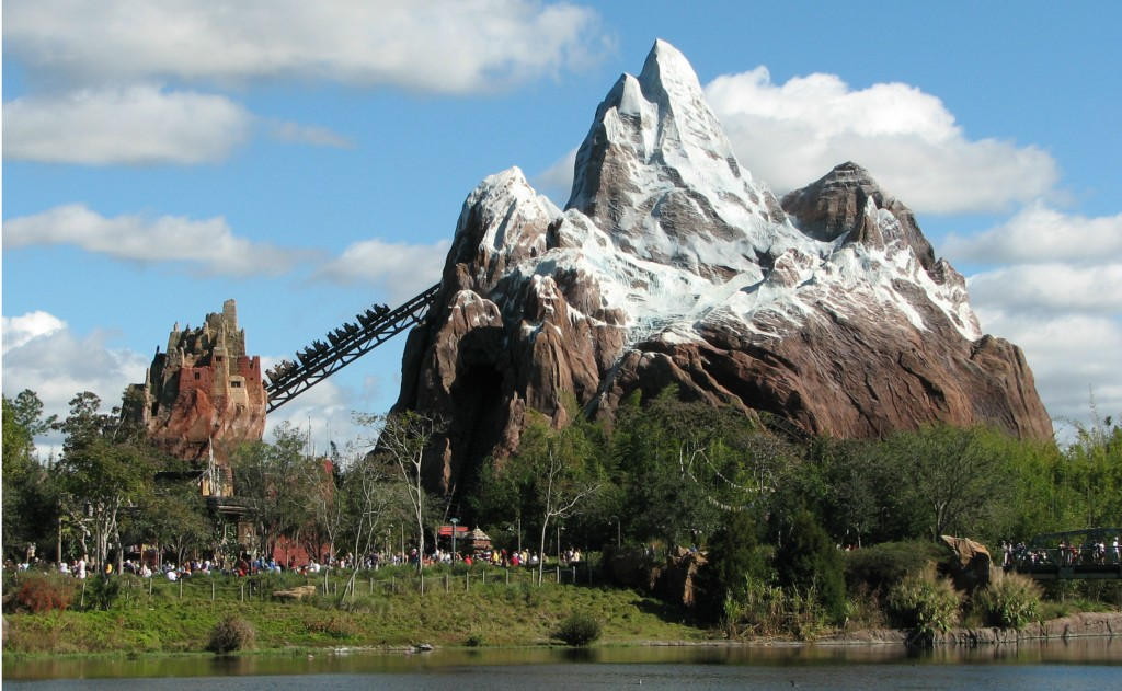 Exterior da Expedition to Everest (Foto: Wikimedia Commons)