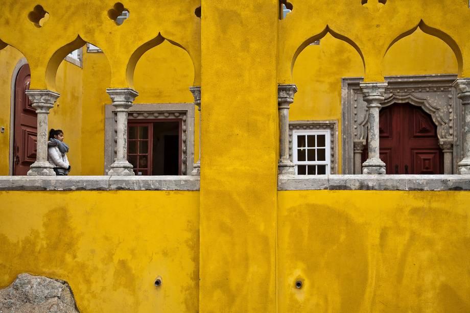 """As fachadas coloridas dignas de um conto de fadas já fazem o passeio valer a pena. Mas as estrelas de Sintra são os seus palácios colina acima. É impossível não pensar na história que aquele lugar leva quando os casarões vão aparecendo na subida para o Palácio da Pena, uma das sete maravilhas de Portugal. Lá em cima: uma explosão de cores e azulejos com bônus de uma das melhores vistas para o verdíssimo Parque da Pena.<em><a href=""""https://www.booking.com/searchresults.pt-br.html?aid=332455&sid=605c56653290b80351df808102ac423d&sb=1&src=index&src_elem=sb&error_url=https%3A%2F%2Fwww.booking.com%2Findex.pt-br.html%3Faid%3D332455%3Bsid%3D605c56653290b80351df808102ac423d%3Bsb_price_type%3Dtotal%26%3B&ss=Sintra%2C+Regi%C3%A3o+de+Lisboa%2C+Portugal&checkin_monthday=&checkin_month=&checkin_year=&checkout_monthday=&checkout_month=&checkout_year=&no_rooms=1&group_adults=2&group_children=0&b_h4u_keep_filters=&from_sf=1&ss_raw=Sintra&ac_position=0&ac_langcode=xb&dest_id=-2176842&dest_type=city&place_id_lat=38.79846&place_id_lon=-9.3881&search_pageview_id=b7ae7bdadd69013b&search_selected=true&search_pageview_id=b7ae7bdadd69013b&ac_suggestion_list_length=5&ac_suggestion_theme_list_length=0"""" target=""""_blank"""" rel=""""noopener"""">Busque hospedagens em Sintra</a></em>"""
