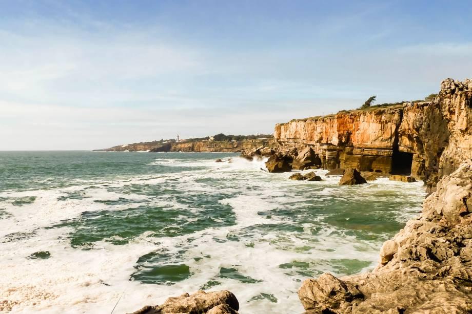 """Há quem inclua Cascais no roteiro de Lisboa pela proximidade da cidade: são 30km. A graça da parada é o encontro com o Atlântico. No calor dá até para pegar praia, mas mesmo se o tempo não é dos melhores você pode encher a vista com as mansões de verão, bem glamourosas, e com os pescadores que não se incomodam com a chuva de respingos de água do mar que encontram as rochas da Boca do Inferno (foto).<a href=""""https://www.booking.com/searchresults.pt-br.html?aid=332455&sid=605c56653290b80351df808102ac423d&sb=1&src=index&src_elem=sb&error_url=https%3A%2F%2Fwww.booking.com%2Findex.pt-br.html%3Faid%3D332455%3Bsid%3D605c56653290b80351df808102ac423d%3Bsb_price_type%3Dtotal%26%3B&ss=Cascais%2C+Regi%C3%A3o+de+Lisboa%2C+Portugal&checkin_monthday=&checkin_month=&checkin_year=&checkout_monthday=&checkout_month=&checkout_year=&no_rooms=1&group_adults=2&group_children=0&b_h4u_keep_filters=&from_sf=1&ss_raw=Cascais&ac_position=0&ac_langcode=xb&dest_id=-2162360&dest_type=city&place_id_lat=38.69689&place_id_lon=-9.42045&search_pageview_id=dc577bb30b4402c2&search_selected=true&search_pageview_id=dc577bb30b4402c2&ac_suggestion_list_length=5&ac_suggestion_theme_list_length=0"""" target=""""_blank"""" rel=""""noopener""""><em>Busque hospedagens em Cascais</em></a>"""