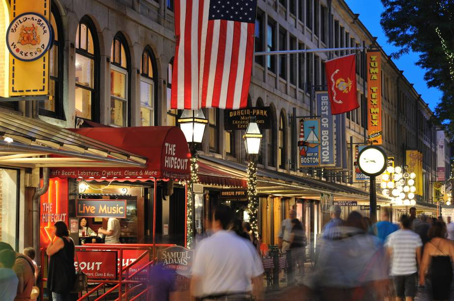 """A área do<a href=""""http://viajeaqui.abril.com.br/estabelecimentos/estados-unidos-boston-atracao-faneuil-hall"""" rel=""""Faneuil Hall"""" target=""""_blank"""">Faneuil Hall</a> é usada como ponto de encontros e vendas desde 1742"""