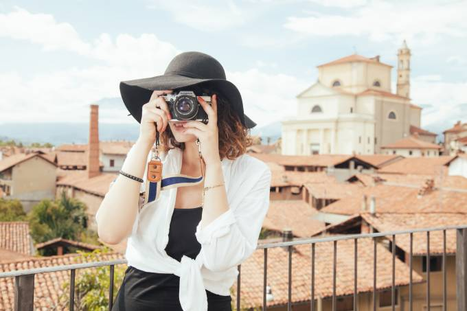 Mulher tira foto em cidade histórica da Itália