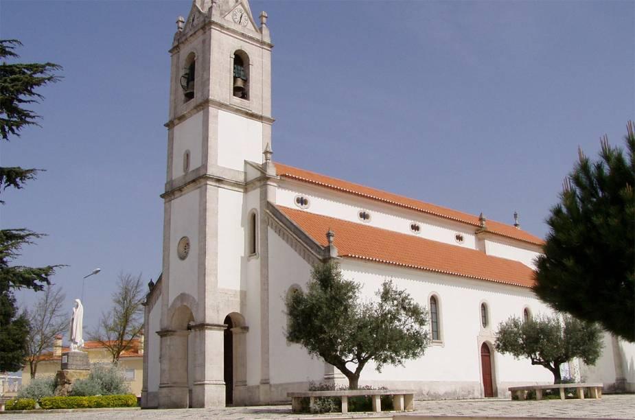 Igrejinha com imagem de Nossa Senhora de Fátima no largo, em Fátima, Portugal