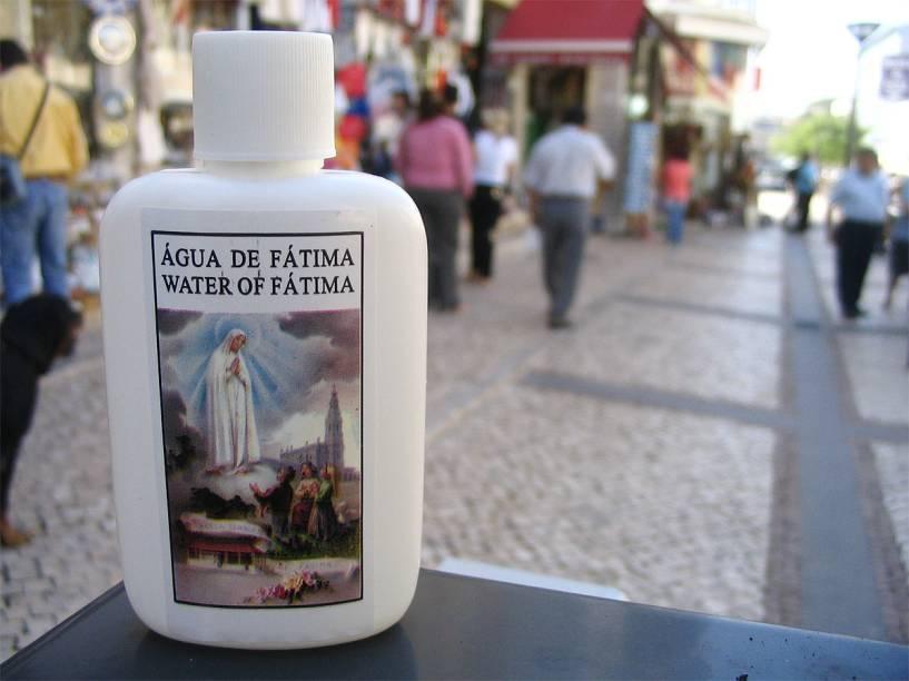 Frascos de água benta de Nossa Senhora de Fátima são vendidos nas ruas da cidadezinha portuguesa