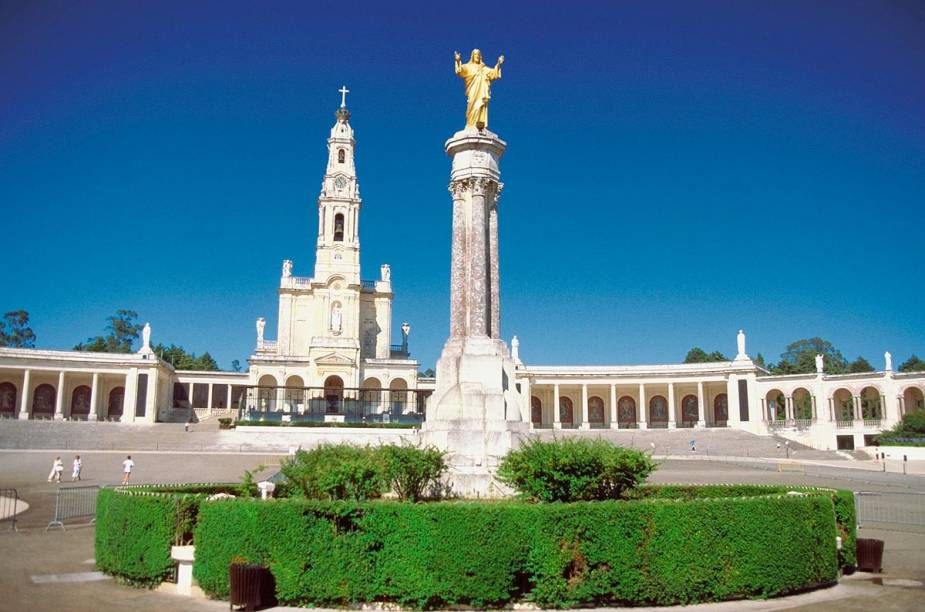 O Santuário de Fátima, em Portugal, recebe milhões de devotos o ano todo - mas é no dia 13 de maio que a região fica cheia de peregrinos para celebrar o aniversário da aparição da Virgem Maria para os três pastores, em 1917