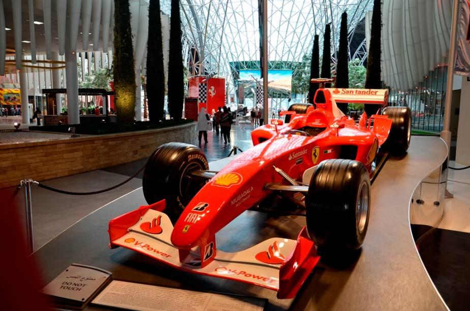 No parque de diverões Ferrari World, é possível conhecer a história da marca, da escuderia de Fórmula 1 e curtir a montanha-russa mais veloz do planeta: os carrinhos chegam a 240 km/h em menos de cinco minutos