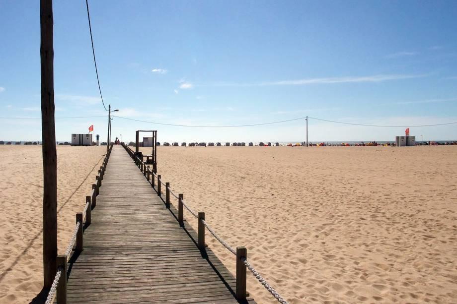"""Também na costa, Figueira da Foz tem ares de férias. A faixa de areia que divide a orla urbana do mar é tão larga que de alguns pontos mais próximos da rua não se vê o mar.Passarelas de madeira, pistas de caminhada, """"casas de banho"""" e quiosques de madeira colorida dividem esse enorme espaço e são o charme da praia de Figueira da Foz. Se o plano é dormir por lá, vale conhecer o cassino da cidade, que também é ícone.<em><a href=""""https://www.booking.com/searchresults.pt-br.html?aid=332455&sid=605c56653290b80351df808102ac423d&sb=1&src=searchresults&src_elem=sb&error_url=https%3A%2F%2Fwww.booking.com%2Fsearchresults.pt-br.html%3Faid%3D332455%3Bsid%3D605c56653290b80351df808102ac423d%3Bcity%3D-2157508%3Bclass_interval%3D1%3Bdest_id%3D-2159606%3Bdest_type%3Dcity%3Bdtdisc%3D0%3Bfrom_sf%3D1%3Bgroup_adults%3D2%3Bgroup_children%3D0%3Binac%3D0%3Bindex_postcard%3D0%3Blabel_click%3Dundef%3Bno_rooms%3D1%3Boffset%3D0%3Bpostcard%3D0%3Braw_dest_type%3Dcity%3Broom1%3DA%252CA%3Bsb_price_type%3Dtotal%3Bsearch_selected%3D1%3Bsrc%3Dsearchresults%3Bsrc_elem%3Dsb%3Bss%3DBatalha%252C%2520Regi%25C3%25A3o%2520do%2520Centro%252C%2520Portugal%3Bss_all%3D0%3Bss_raw%3DBatalha%3Bssb%3Dempty%3Bsshis%3D0%3Bssne_untouched%3DAlcoba%25C3%25A7a%26%3B&ss=Figueira+da+Foz%2C+Regi%C3%A3o+do+Centro%2C+Portugal&ssne=Batalha&ssne_untouched=Batalha&city=-2159606&checkin_monthday=&checkin_month=&checkin_year=&checkout_monthday=&checkout_month=&checkout_year=&group_adults=2&group_children=0&no_rooms=1&from_sf=1&ss_raw=Figueira+da+Foz&ac_position=0&ac_langcode=xb&dest_id=-2165382&dest_type=city&place_id_lat=40.14828&place_id_lon=-8.85539&search_pageview_id=b7ae7c81fd6f007d&search_selected=true&search_pageview_id=b7ae7c81fd6f007d&ac_suggestion_list_length=5&ac_suggestion_theme_list_length=0"""" target=""""_blank"""" rel=""""noopener"""">Busque hospedagens em Figueira da Foz</a></em>"""