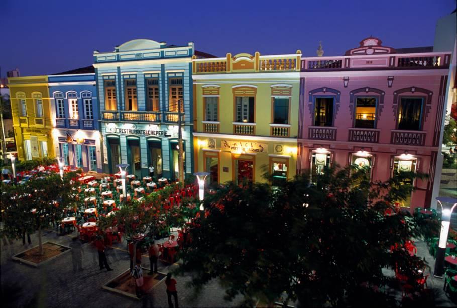 À noite, o bacana da noite de Fortaleza é ir para os bares instalados nos casarões que rodeiam o complexo do Centro Dragão do Mar de Arte e Cultura