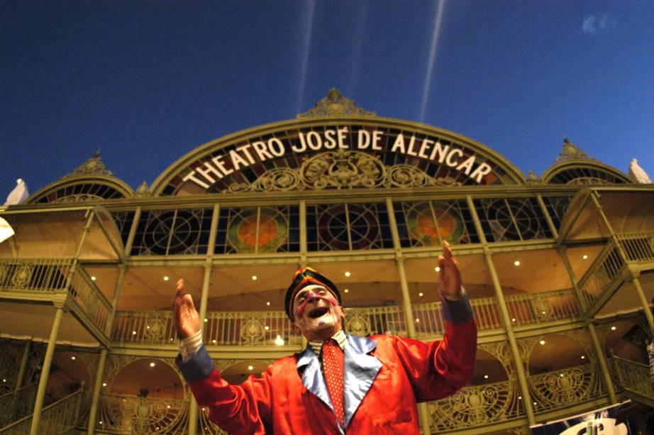 O Theatro José de Alencar, em Fortaleza (CE), tem duas faixadas, uma externa de características neoclássicas e uma interna metálica e vitrais coloridos, a estrutura foi trazida da Escócia à mais de um século