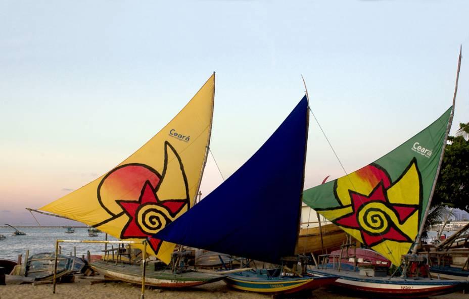 Na orla da Praia de Mucuripe em Fortaleza (CE) tem coqueiros, quadras de esportes e bons restaurantes. No mar e na areia, jangadas ajudam a compor o cenário
