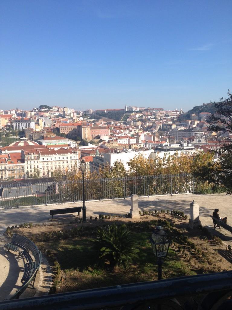 Vista da janela do hostel The Independente, bem em frente ao Miradouro de São Pedro de Alcântara.