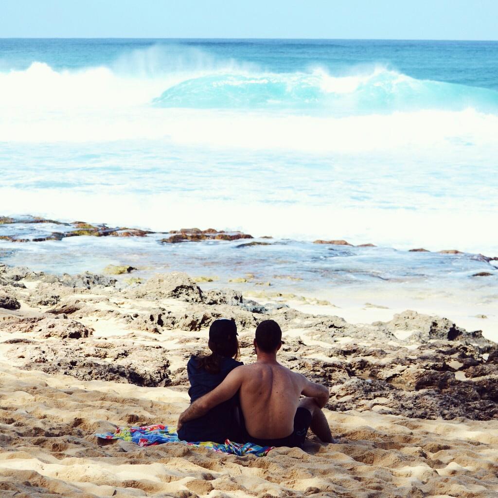 Eu e o meu namorado no Havaí nessas férias vendo as famosas ondas de Pipeline, na North Shore de Oahu. Arrumei o tripé na posição exata, rezei pra não passar ninguém na hora e apertei o controle no momento em que vi a onda quebrando. E here we go!