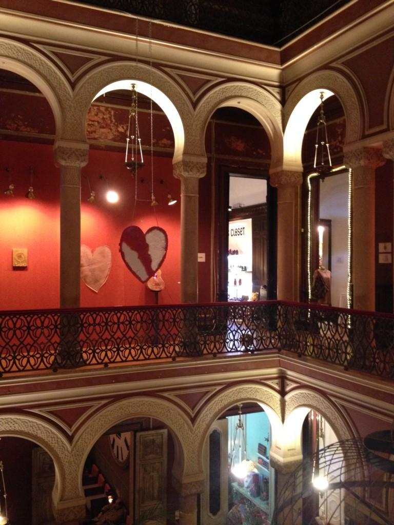 O interior do casarão que abriga a Embaixada.