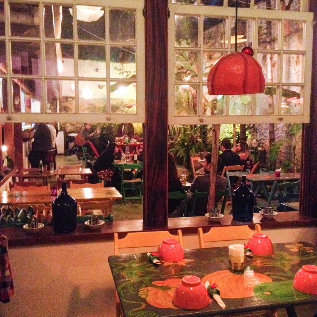 O salão colorido e, ao fundo, as mesinhas do pátio