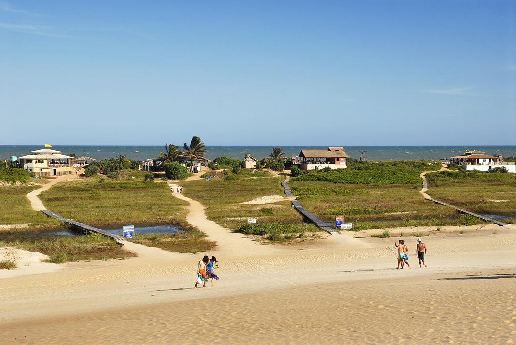 Com dunas de até 30m de altura e praias selvagens, Itaúnas se transforma durante a temporada: vira território de jovens, que varam a noite dançando forró como se não houvesse amanhã