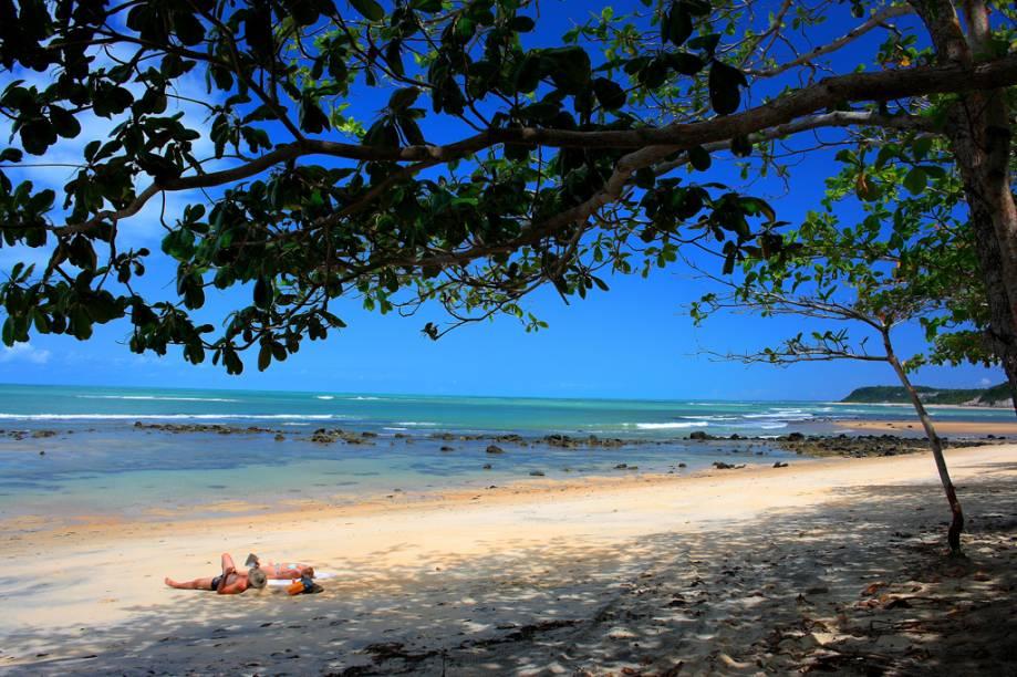 Um passeio de barco que sai de Caraíva leva o turista até a Praia do Espelho, entre as mais bonitas do país