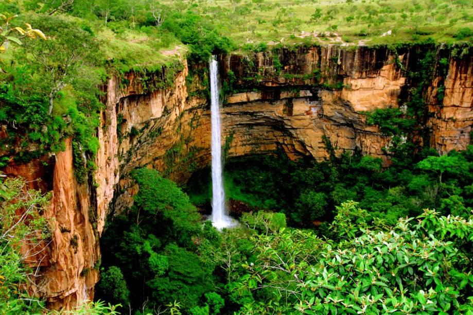 Cartão-postal de Mato Grosso, a Cahoeira Véu de Noiva (86 m) pode ser observada do mirante, a 550 m do estacionamento do Parque Nacional da Chapada dos Guimarães (MT)