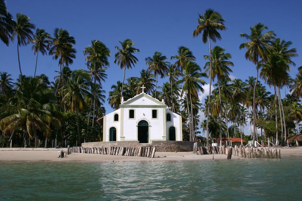 A Igreja de São Benedito dá um ar bucólico à bela Praia dos Carneiros, aonde só é possível chegar por estradas de terra e propriedades particulares