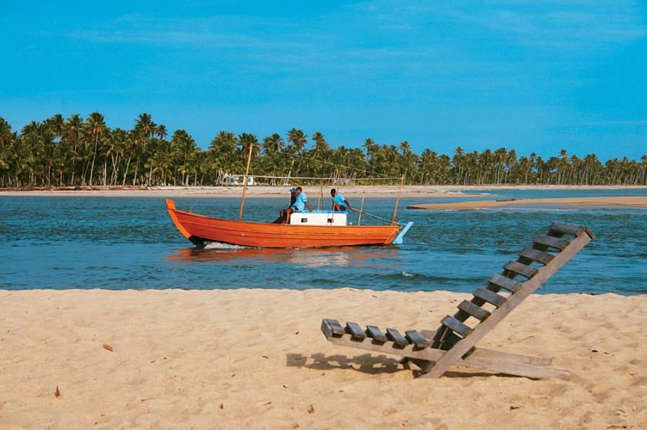 Os passeios de barco vão até a Ponta de Castelhanos ou dão a volta na ilha, passando por um trecho de rio com mangues
