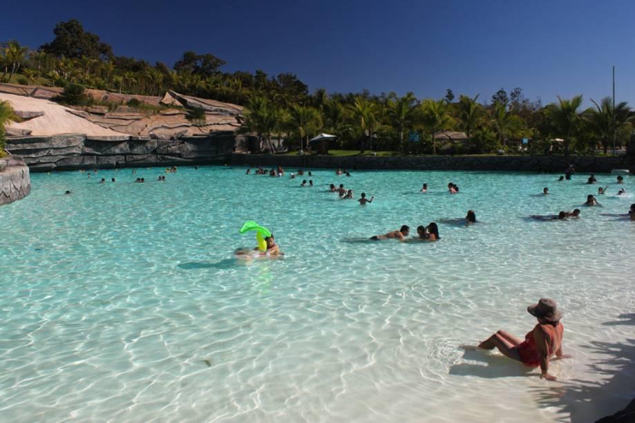 Com areia branca de rocha triturada, água termal à 37ºC e ondas de até 1,20 m fica difícil de resistir à Praia do Cerrado no Hot Park, em Rio Quente (GO)