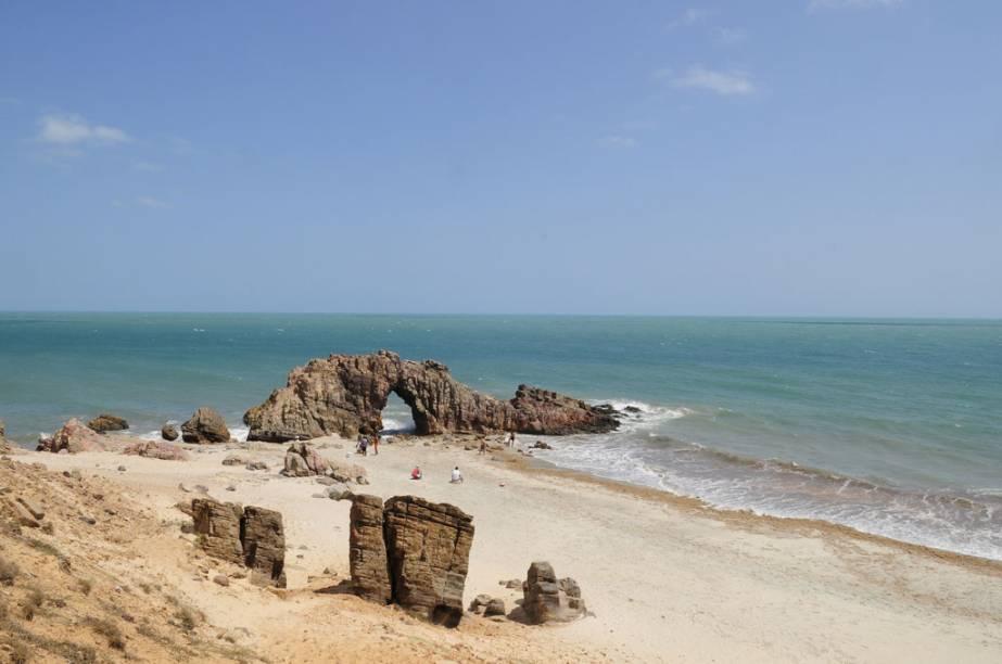 A Pedra Furada, curiosa rocha em forma de arco naturalmente desgastada pelas ondas, fica ainda mais bonita quando o sol se põe bem atrás do furo, na segunda quinzena de julho e primeira de agosto