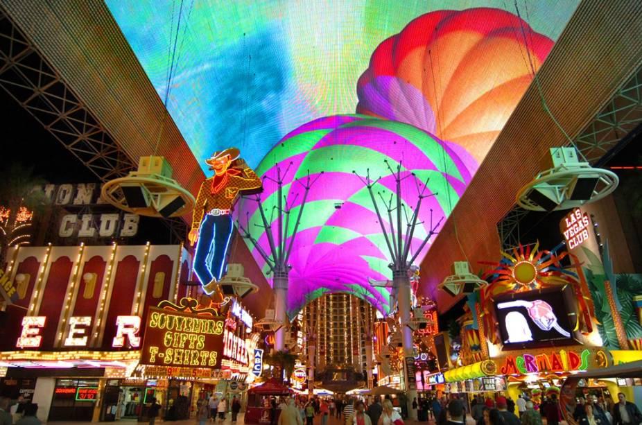 O calçadão coberto da Fremont Street Experience tem mais de 2 milhões de luzes que juntas formam imagens coloridas