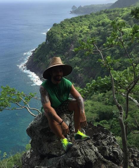 No instagram, o ator vive postando fotos da ilha. Aqui a imagem foi feita durante a trilha do Capim Açu