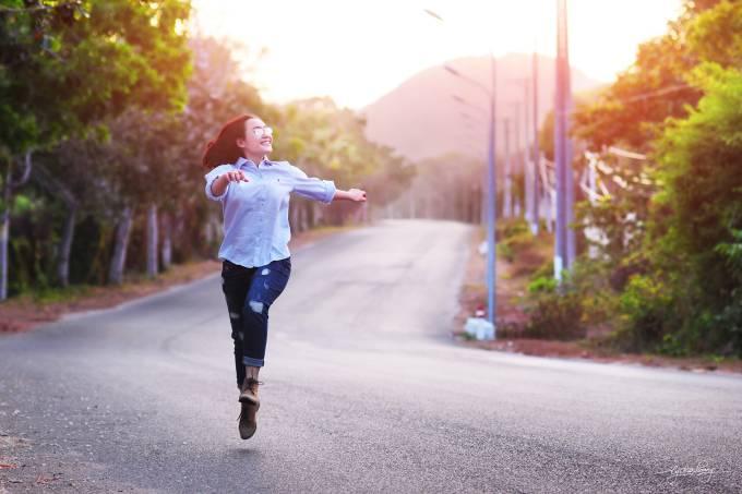 Garota dança estrada férias