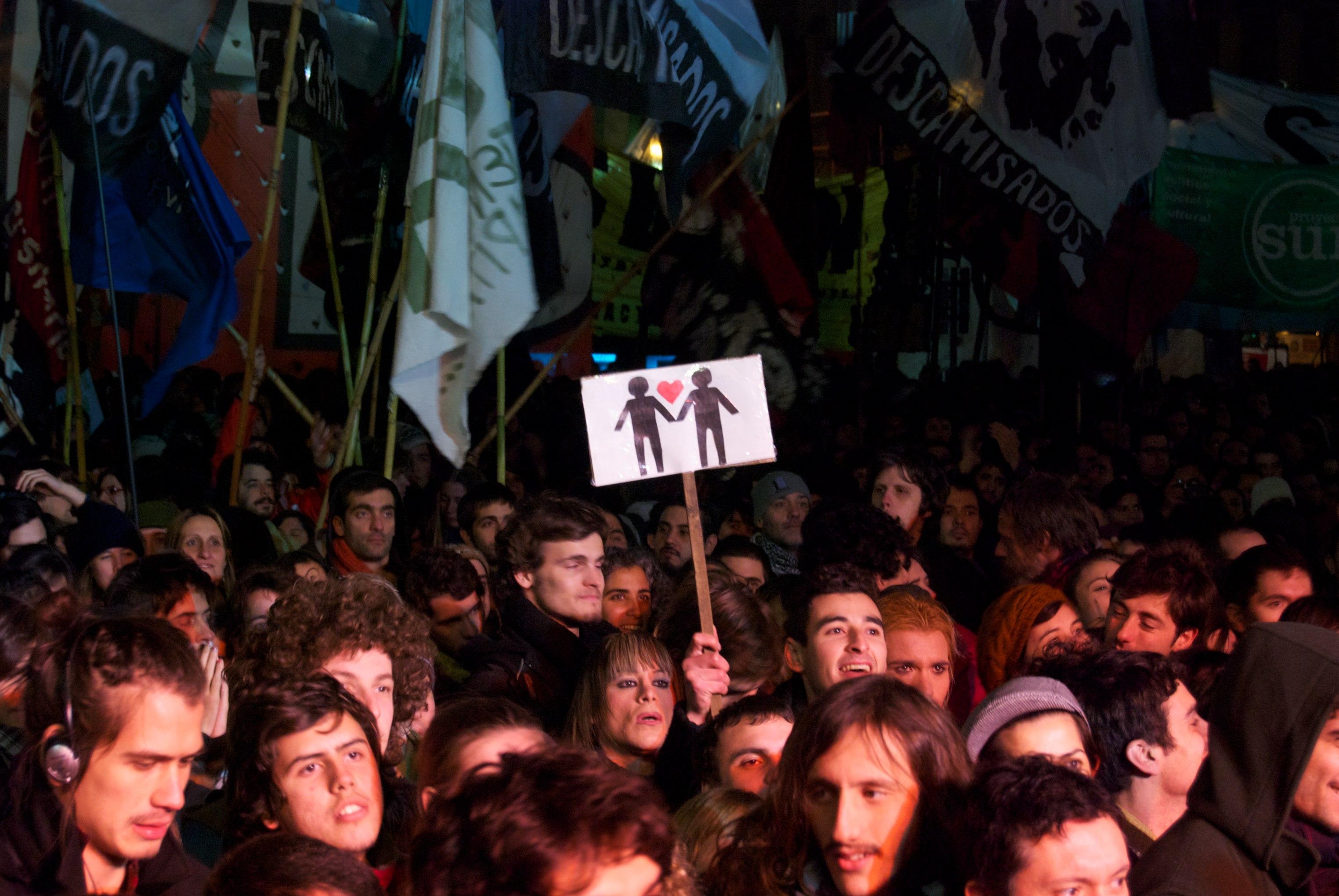Multidão espera em frente ao Congresso argentino, em Buenos Aires, minutos antes da legalização do casamento gay.