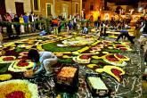 Rua com imensos tapetes de flores para a festa Infiorata, Corpus Christi de Genzano, Itália