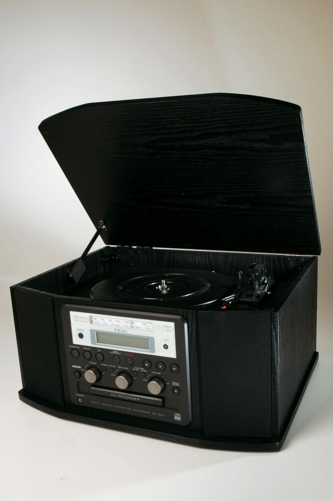 No Centro acha-se o GF-350, da Teac, aparelho que grava o som do LP (vinil) direto para um CD / Dedoc Abril