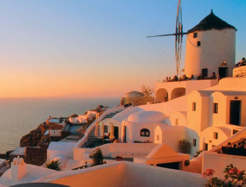 O sol busca seu lugar no mar Egeu, no ladinho de Oia, em Santorini, na Grécia