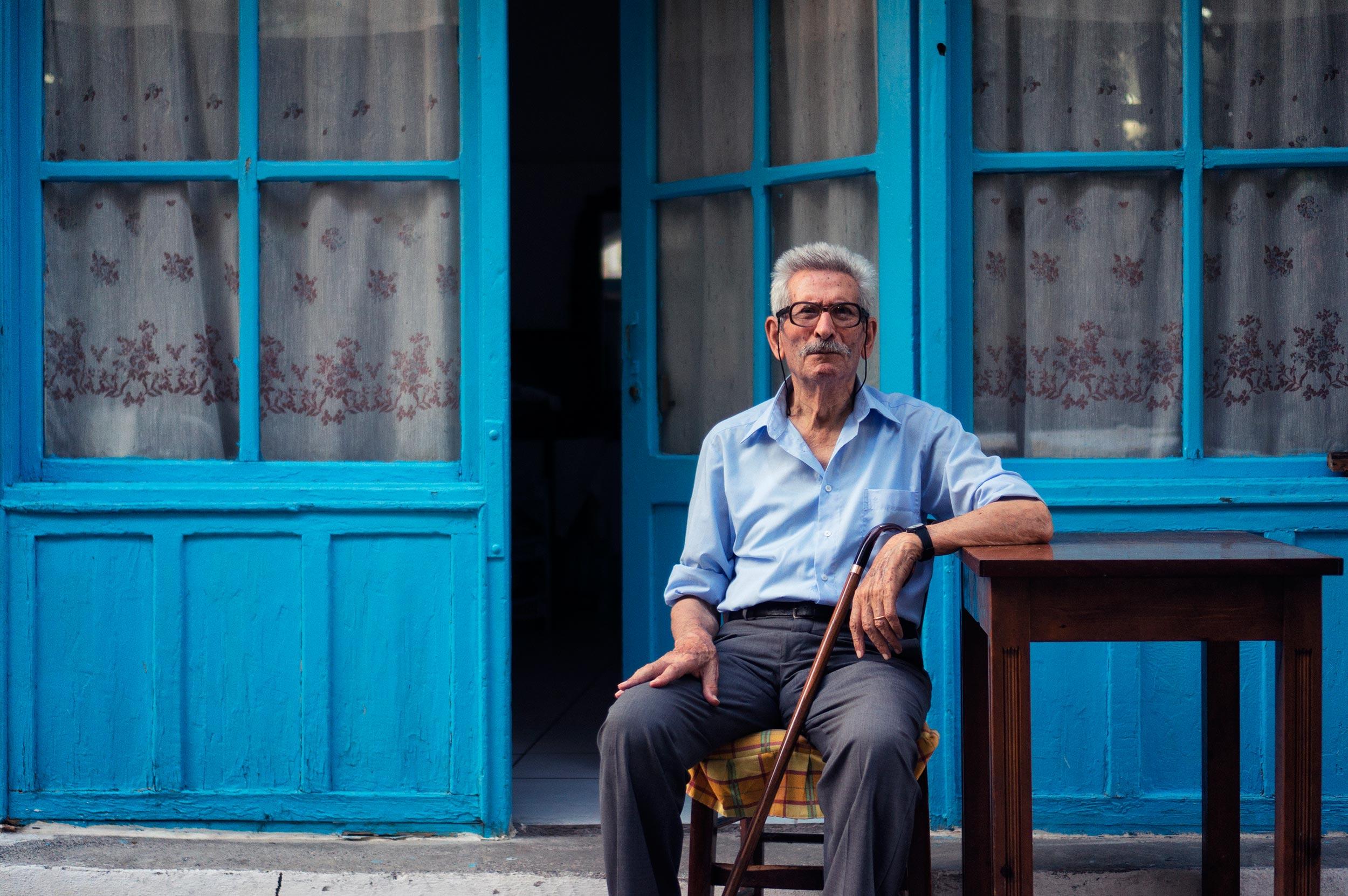 Grego sentado em banco na ilha de Creta, na Grécia