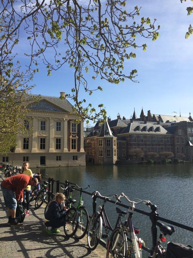 O museu Mauritshuis e, ao fundo, o parlamento